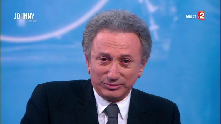 Michel Drucker, ému aux larmes lors d'une émission en hommage à Johnny Hallyday, sur France 2, le 6 décembre 2017. (FRANCE 2)