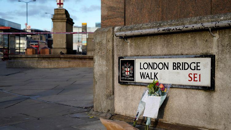 Des fleurs ont été déposées à l'entrée du London Bridge Walk en hommage aux victimes de l'attaque au couteau, le 30 novembre 2019, à Londres. (NIKLAS HALLE'N / AFP)