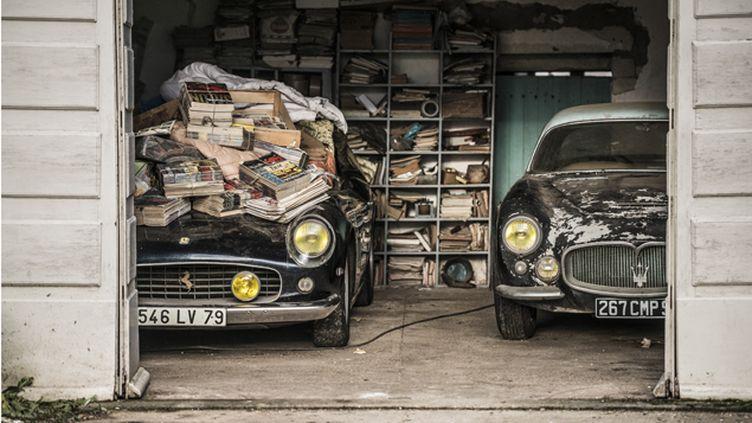 (A gauche, la Ferrari 250 California ayant appartenu à Alain Delon © Artcurial)