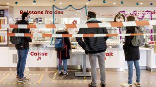 Des étudiants patientent dans un restaurant universitaire de Poitiers (Vienne), le 16 décembre 2020. (JEAN-FRANCOIS FORT / HANS LUCAS / AFP)