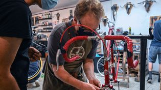 Un employé travaille dans un atelier de réparation de vélos à Lille, le 14 septembre 2020. Photo d'illustration. (DENIS CHARLET / AFP)