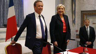 Nicolas Dupont-Aignan et Marine Le Pen, samedi 29 avril 2017 à Paris, lors de leur déclaration commune sur un accord de gouvernement entre Debout la France et le FN. (GEOFFROY VAN DER HASSELT / AFP)