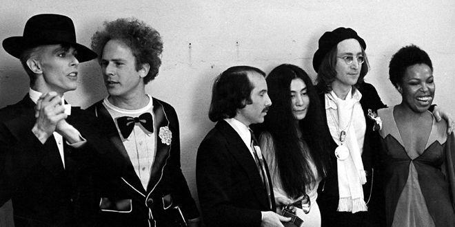 Bowie aux Grammy Awards en 1975 en compagnie Art Garfunkel, Paul Simon, Yoko Ono, John Lennon et Roberta Flack.  (Stephen Morley /REX/SIPA)