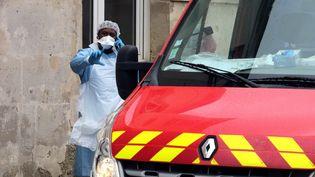 Une infirmière près d'un véhicule de pompiers, le 2 mars 2020 à Crépy-en-Valois (Oise). (FRANCOIS NASCIMBENI / AFP)