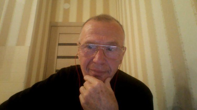 Capture d'écran d'une interview de l'ex-chimiste soviétique Vladimir Uglev, le 20 novembre 2018. (FRANCEINFO)