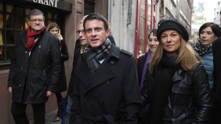 Manuel Valls et son épouse, la violoniste Anne Gravoin, visitent le marché de Noël de Strasbourg (Bas-Rhin), le 22 décembre 2016. (PATRICK HERTZOG / AFP)