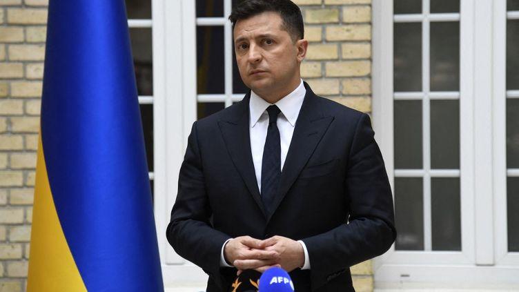 Le président ukrainien,Volodymyr Zelensky, lors d'une conférence de presse à l'ambassade ukrainienne à Paris, le 16 avril 2021. (BERTRAND GUAY / AFP)