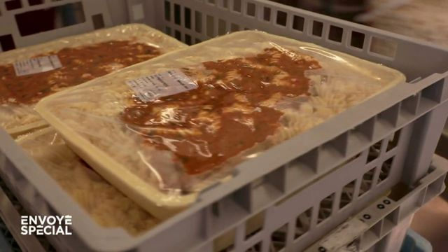 Envoyé spécial. Plats cuisinés réchauffés à même la barquette, aliments industriels : que mangent vos enfants à la cantine ?