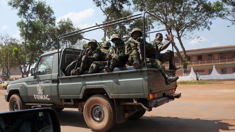 Des soldats de la Fomac, force africaine déployée en Centrafrique, patrouillant dans Bangui (Centrafrique), le 1er décembre 2013. (SIA KAMBOU / AFP)