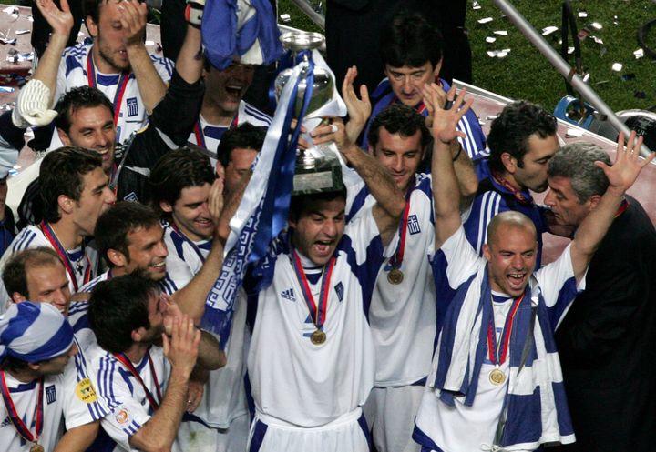 Les Grecs sacrés champions d'Europele 4 juillet 2004 à Lisbonne (Portugal). (FRANCOIS XAVIER MARIT / AFP)