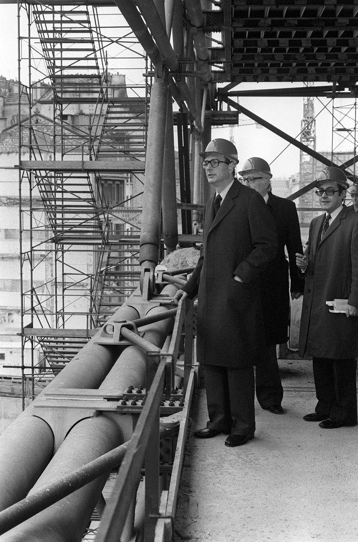 Jacques Chirac,quia,à l'époque,occupébrièvement le poste deministre de l'Intérieur du président Valéry Giscard d'estaing, visite le chantier du centre Pompidou le 9 décembre 1974. Derrière lui, à demi-caché, Robert Bordaz, président de l'établissement public du futur centre des arts. (AFP)
