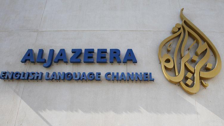 Le logo de la chaîne qatarie Al Jazeera sur la façade du siège,à Doha(Qatar). (FADI AL-ASSAAD / REUTERS)