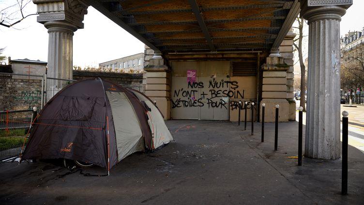 La tente d'un sans domicile fixe sous un pont parisien, le 28 décembre 2017. (ERIC FEFERBERG / AFP)