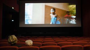 Des spectateurs assistent à une séance de cinéma le 19 mai 2021 à Paris. (JEANNE FOURNEAU / HANS LUCAS / AFP)