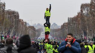 """Des """"gilets jaunes"""" manifestent contre l'augmentation des prix des carburants et pour plus de pouvoir d'achat, avenue des Champs-Elysées à Paris, le 15 décembre 2018. (CHRISTOPHE ARCHAMBAULT / AFP)"""