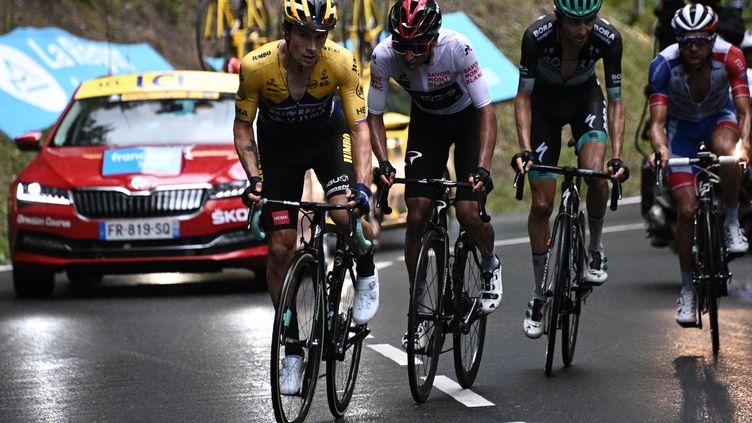 Primoz Roglic (Jumbo-Visma) devant Egan Bernal (Ineos) et Thibaut Pinot (Groupama-FDJ) lors du Critérium du Dauphiné 2020 (ANNE-CHRISTINE POUJOULAT / AFP)