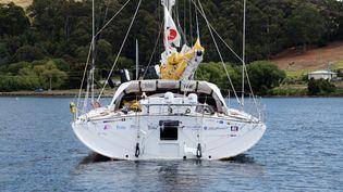 Sébastien Destremau inspecte son bateau en Tasmanie (Australie), le 5 janvier 2017,avant de reprendre la course. (JEREMY FIRTH / DPPI MEDIA / AFP)
