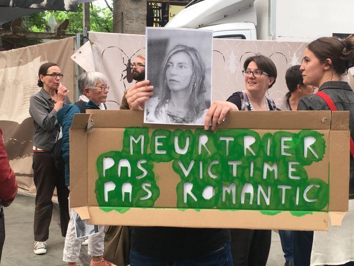Quelques manifestantes devant la salle Stereolux, à Nantes (Loire-Atlantique), contre le concert de Bertrand Cantat, lundi 4 juin 2018. (JULIETTE CAMPION / FRANCEINFO)
