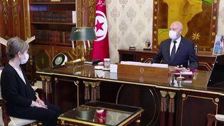C'est une première dans l'histoire de la Tunisie. Une femme vient d'être nommée par le président pour former un nouveau gouvernement et occuper le poste de Première ministre. Il s'agit de Najla Bouden, une universitaire inconnue du grand public. (CAPTURE ECRAN / FRANCEINFO)