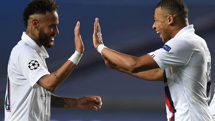 Kylian Mbappe et Neymar après leur victoire face à l'Atalanta Bergame, à Lisbonne (Portugal), le mercredi 12 août 2020. (DAVID RAMOS / POOL)