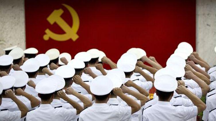 Militaires chinois saluant le drapeau de leur pays à Shangaï le 1er juillet 2014 (Reuters - Aly Song)