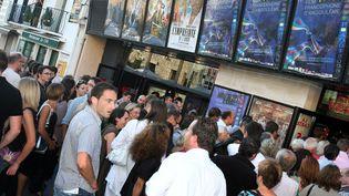 File d'attente devant un cinéma d'Angoulême. (ROMAIN PERROCHEAU / AFP)