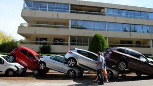 Des voitures encastrées les unes sur les autres à Mandelieu-la-Napoule(Alpes-Maritimes), le 4 septembre 2015, après les inondations. (BORIS HORVAT / AFP)