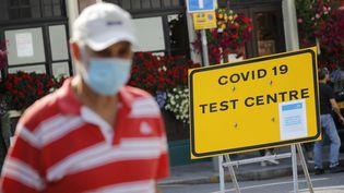 Devant un centre de dépistage du Covid-19 à Londres, le 16 septembre 2020. (TOLGA AKMEN / AFP)