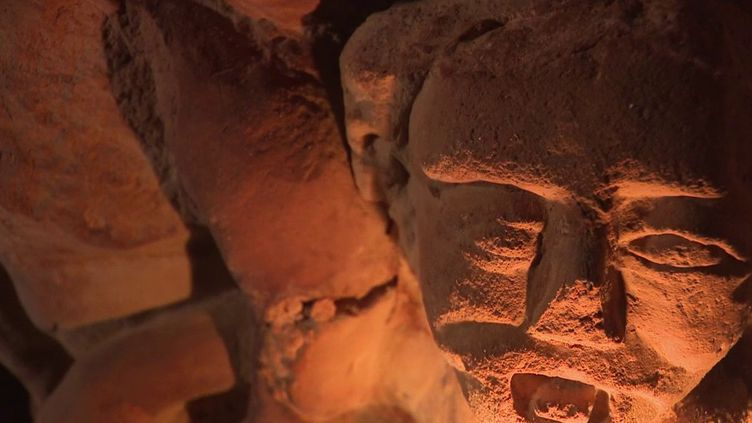 Dans un petit village du Maine-et-Loire, de mystérieuses sculptures se trouvent dans des galleries souterraines. (France 3)