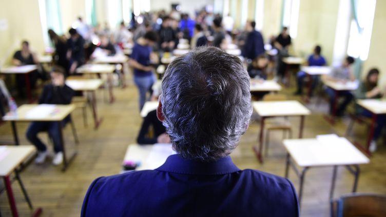 Un enseignant dans une salle d'examen à Paris, le 17 juin 2015. (MARTIN BUREAU / AFP)