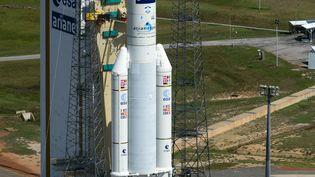 Photo diffusée par l'agence spatiale européenne le 29 juillet 2014, de la fusée Ariane 5 prête à lancer l'ATV-5 vers la Station spatiale internationale, à Kourou en Guyane. (STEPHANE CORVAJA / ESA / AFP)