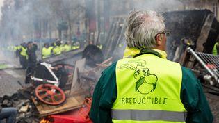 """Un """"gilet jaune"""", dans une manifestation près de l'Arc de Triomphe, à Paris, le 24 novembre 2018. (EMERIC FOHLEN / NURPHOTO / AFP)"""
