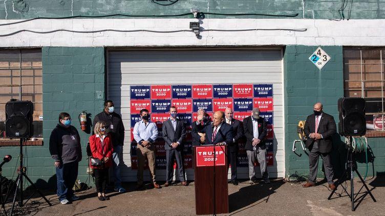 L'avocat du président Donald Trump, Rudy Giuliani, s'adresse aux médiasdepuis le parking d'unpaysagiste, le 7 novembre 2020, à Philadelphie(Pennsylvanie). (CHRIS MCGRATH / GETTY IMAGES NORTH AMERICA / AFP)