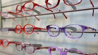 L'objectif du gouvernement est d'installer le reste à charge zéro sur les lunettes, les soins dentaires et les prothèses auditives. (DENIS CHARLET / AFP)