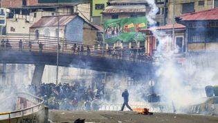 Des affrontements dans les rues de La Paz, la capitale bolivienne, le 13 novembre 2019. (RONALDO SCHEMIDT / AFP)