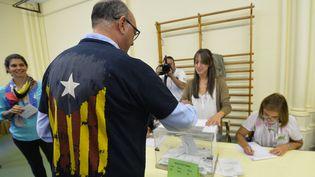 Un électeur vote à l'occasion de l'élection du Parlement régional de Catalogne, dimanche 27 septembre 2015, dans un bureau de vote de Barcelone (Espagne). (GERARD JULIEN / AFP)