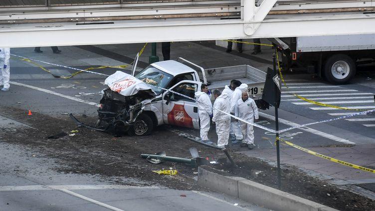 Les enquêteurs autour de la camionnette qui a fauché des passants dans les rues de New York (Etats-Unis), mardi 31 octobre. (DON EMMERT / AFP)