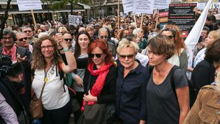 Manifestation autour de Muriel Robin, le 6 octobre 2018, à Paris, contre les violencs faites aux femmes. (MICHEL STOUPAK / NURPHOTO / AFP)