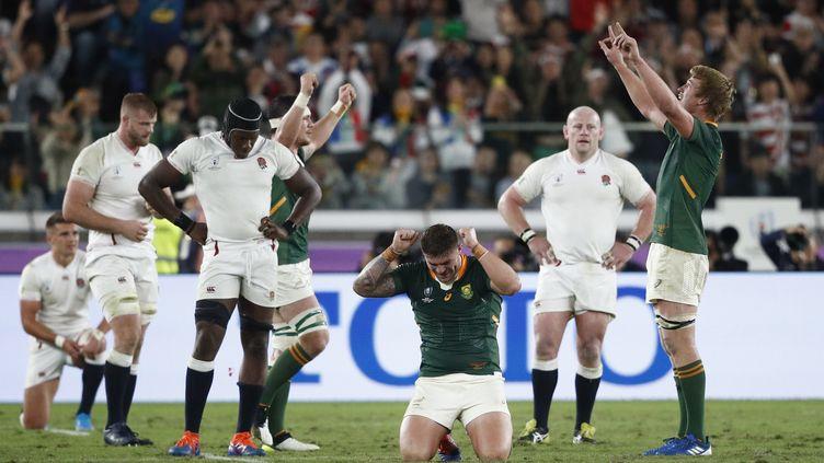 Les joueurs sud-africains célèbrent leur victoire face à l'Angleterre, en finale de la Coupe du monde, samedi 2 novembre 2019, au stade de Yokohama, au Japon. (EDGAR SU / REUTERS)