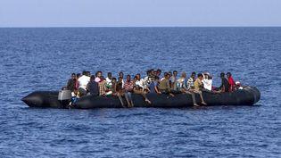 Bateau de migrants au large de la Libye en août 2017 (Angelos Tzortzinis / AFP)