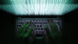 Un homme tape sur les touches d'un clavier d'ordinateur le 28 février 2013. (KACPER PEMPEL / REUTERS)