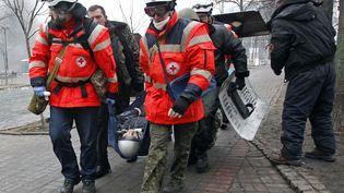 De nombreux manifestants ont été blessés. Des secouristes de La Croix Rouge sont sur place et se chargent de les soigner. ( DAVID MDZINARISHVILI / REUTERS)