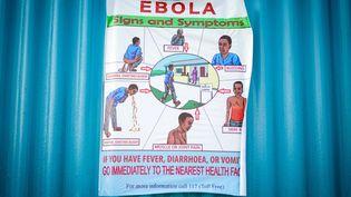 Une affiche résumant les symptômes de la maladie à virus Ebola photographiée à Goma, en RDC, le 5 septembre 2019. (KAY NIETFELD / DPA)