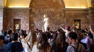 Des visiteurs du Louvre photographient la Vénus de Milo, le 7 août 2015. (MAXPPP)