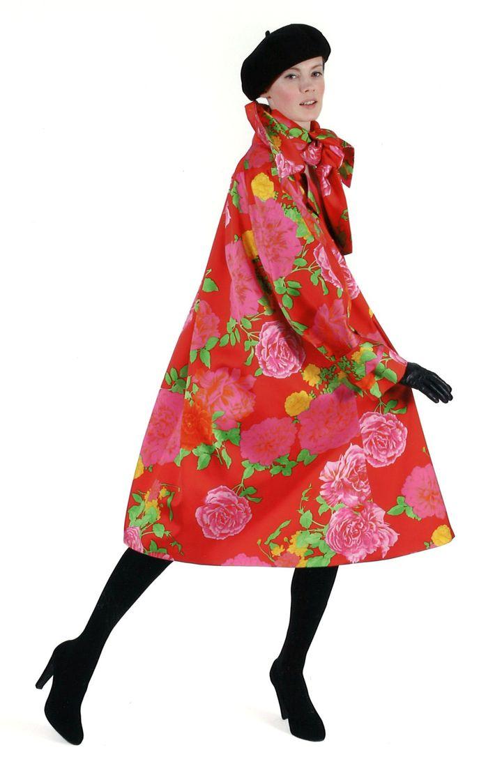 Takada automne-hiver 2007-08 : manteau en satin duchesse figurant un motif floral sur fond rouge, écharpe coordonnée. Estimation pour la vente Artcurial: 300 - 500 € (Takada)