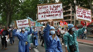 Des infirmières manifestent à Toulouse (Haute-Garonne) comme d'autres soignants un peu partout en France, le 16 juin 2020. (SEBASTIEN LAPEYRERE / HANS LUCAS / AFP)
