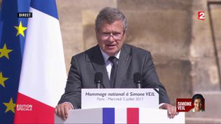 Jean Veil rend hommage à sa mère lors de la cérémonie d'hommage aux Invalides, le 5 juillet 2017. (FRANCE 2)