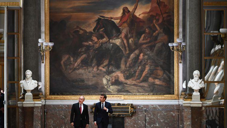 Le président russe Vladimir Poutine écoute le président français Emmanuel Macron, au Château de Versailles, le 29 mai 2017. (CHRISTOPHE ARCHAMBAULT / AFP)
