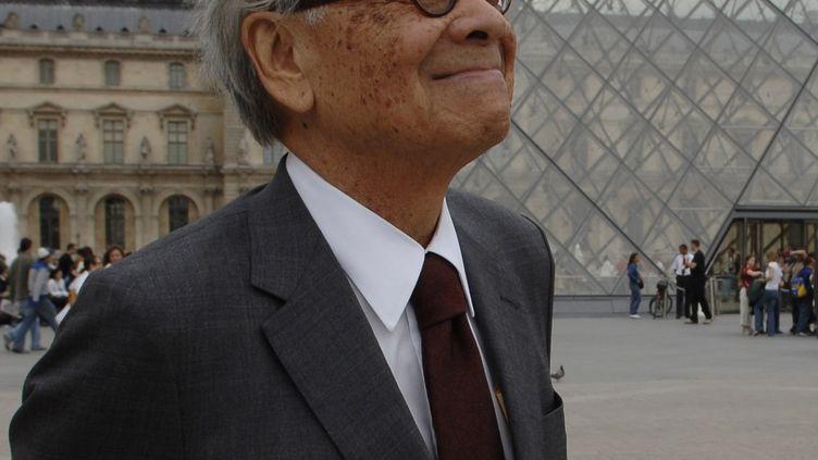 L'architecteIeoh Ming Pei devant la pyramide du Louvre le 22 juin 2006. (ERIC FEFERBERG / AFP)