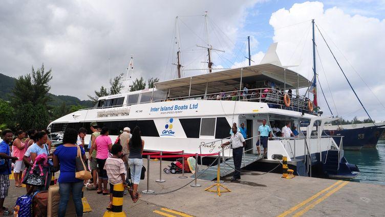 Des touristes embarquant sur un bateau à Victoria, le 5 mars 2012. (AFP/ALBERTO PIZZOLI)